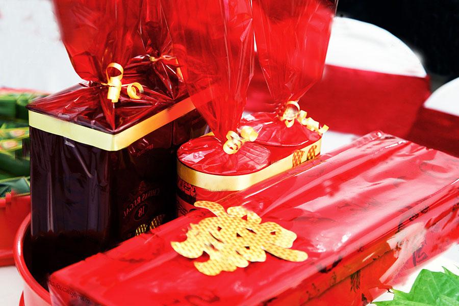 Chữ Song Hỷ được dán trên sính lễ cưới