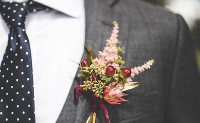 Hoa cài áo cho chú rể