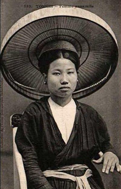 Cô dâu Việt xưa mặc áo mớ ba và đội nón quai thao