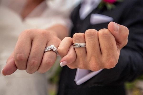 Đeo nhẫn cưới