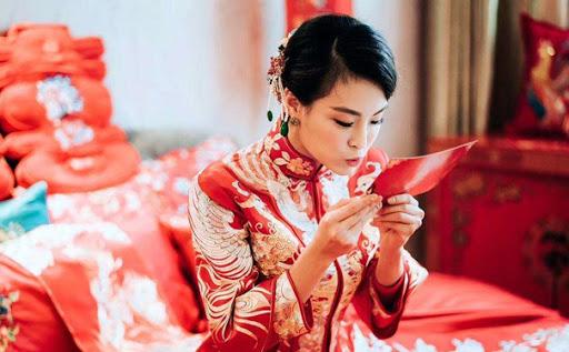 cô dâu người hoa trong trang phục truyền thống áo khỏa