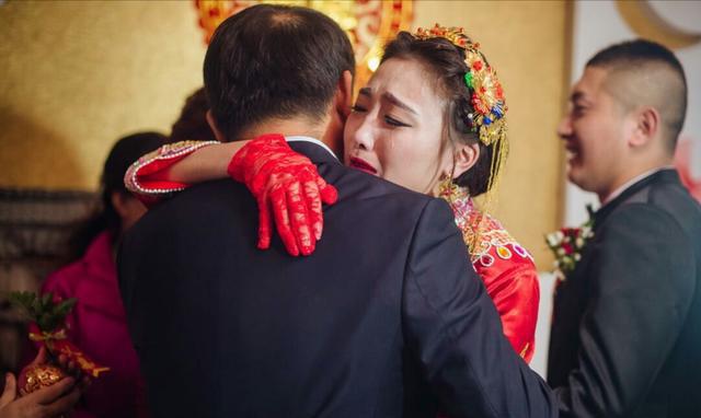 cô dâu khóc khi xuất giá