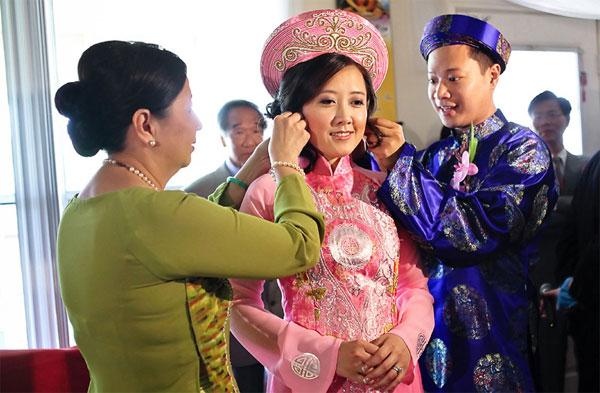 Quà cưới nữ trang được đeo lên người cô dâu ngay sau khi được nhận
