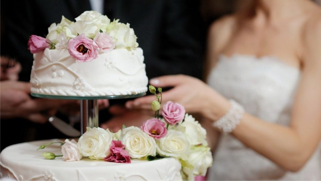 cắt bánh cưới