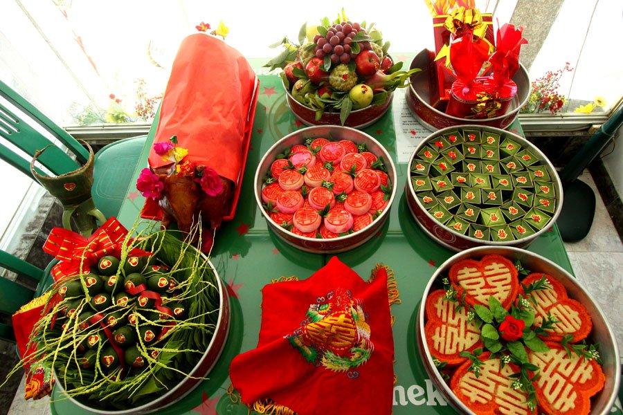 Tráp lễ vật cưới được mở ra và trưng trên bàn
