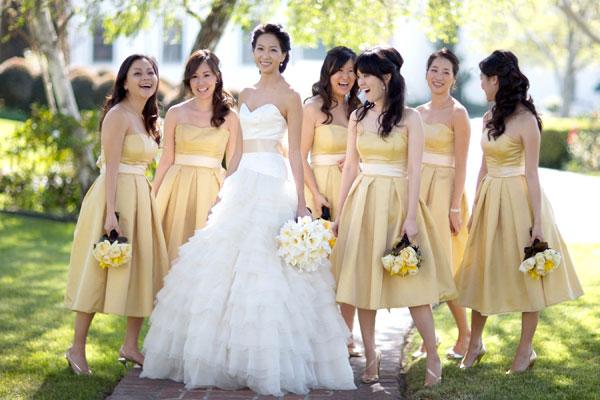 Phù dâu và cô dâu trong ngày tồ chức hôn lễ