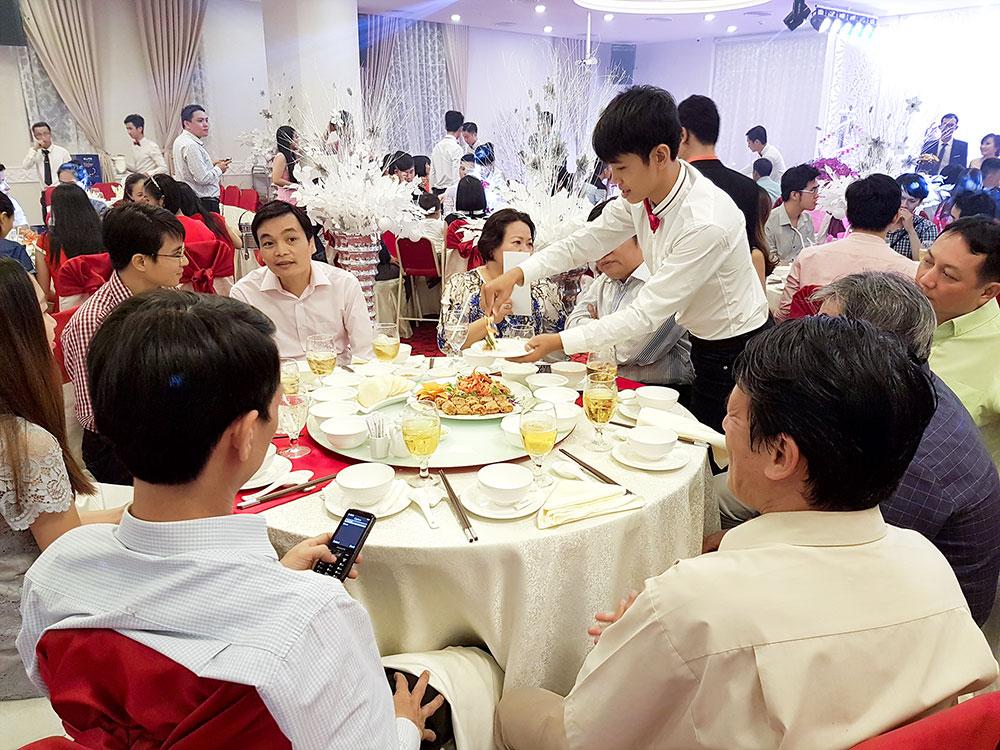 Đãi tiệc trọn gói tại nhà hàng tiệc cưới