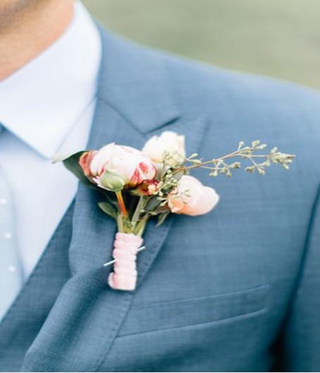 Vị trí cài hoa  là bên trái, nơi gần tim