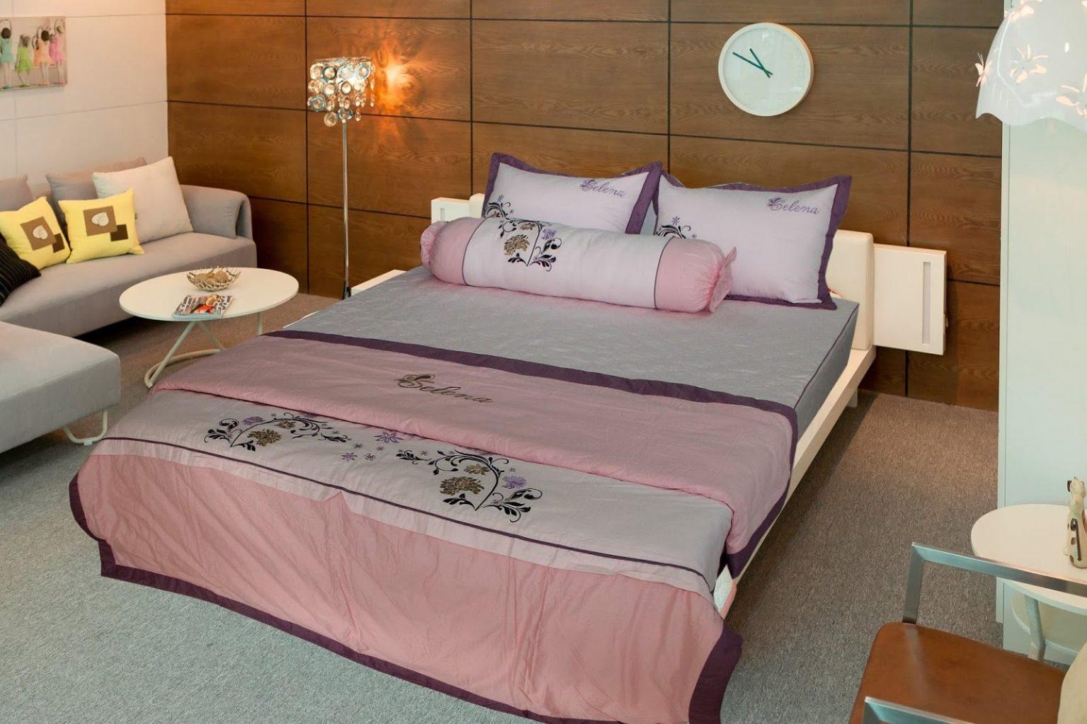 Tránh đặt giường tân hôn hướng thẳng ra toilet hay cửa phòng